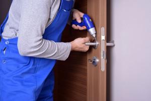 Professionnel intervenant sur la réparation d'une poignée de porte