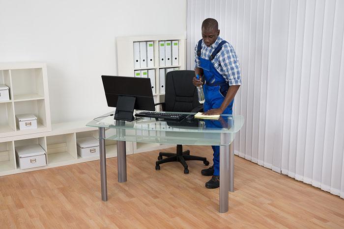 Nettoyage d'un bureau par un employé de SIMELI